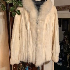 Selling a fur coat no tags but fits a lg or med